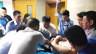 龙港一民警抓获涉案人员受伤 鲜血染红警服
